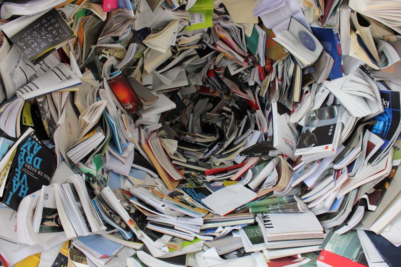 Livres formant une tourbillon de papier sans fond