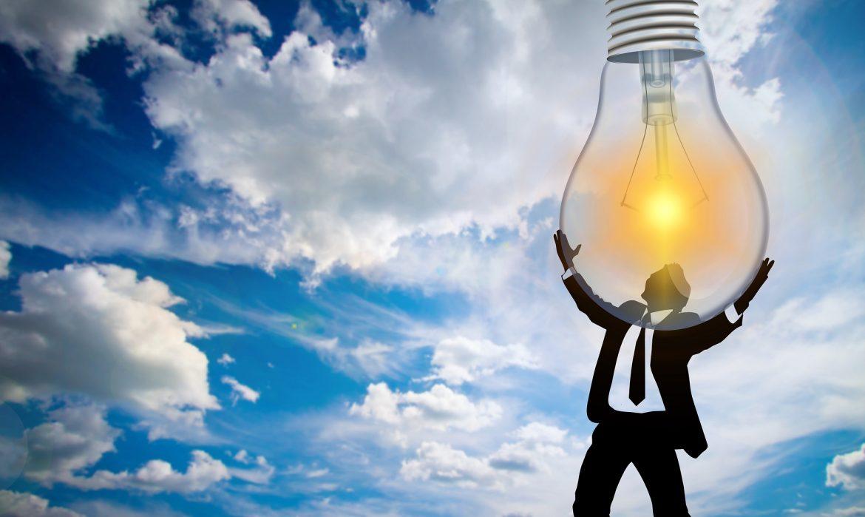 business man portant une ampoule