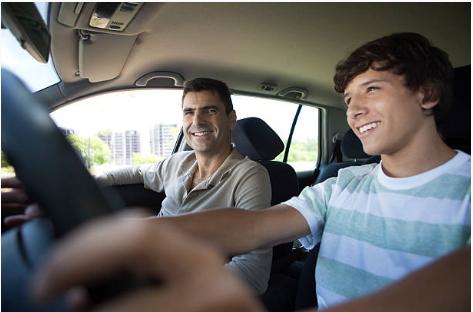 garçon qui conduit avec un adulte