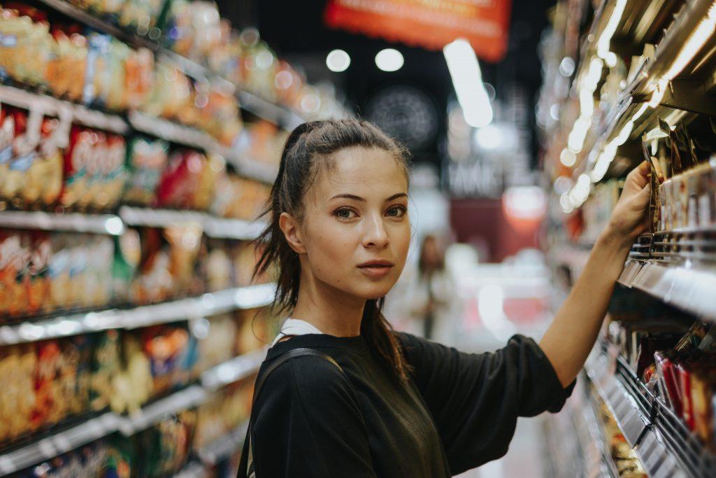 Une jeune femme qui fait ses courses dans un supermarché