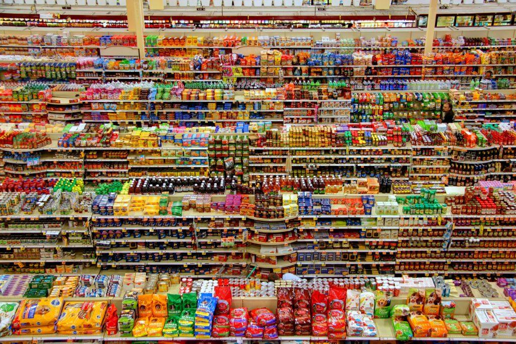 Vue d'ensemble des rayons colorés d'un supermarché