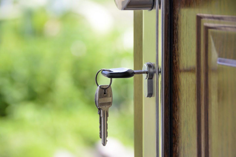 clé dans serrure porte ouverte