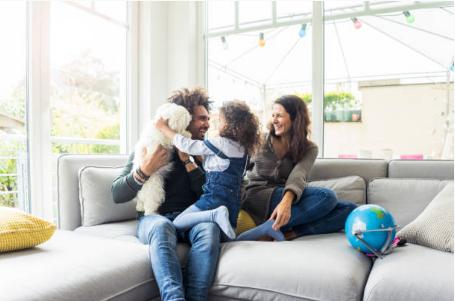 parents avec leur fille sur le canapé