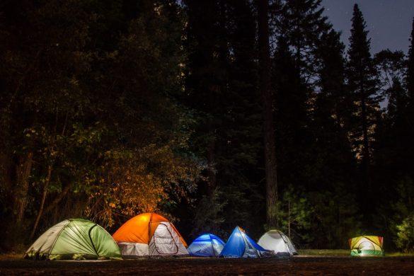 tentes de camping illuminées dans la nuit