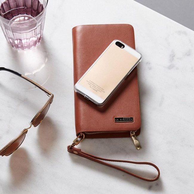 Portefeuille avec recharge par induction sur une table en marbre