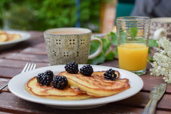 pancakes avec des mûres et jus de fruits