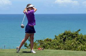 femme pratiquant le golf en bord de mer