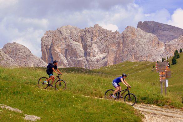 deux personnes faisant du vtt en montagne