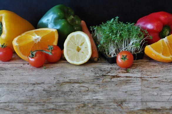 fruits et légumes sur une table en bois
