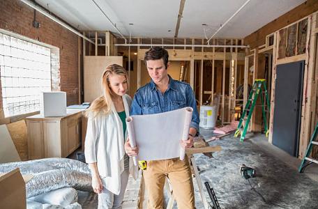 couple regardant les plans de la maison