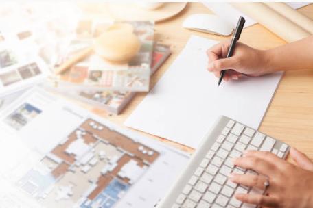 personne dessinant plan maison clavier ordinateur