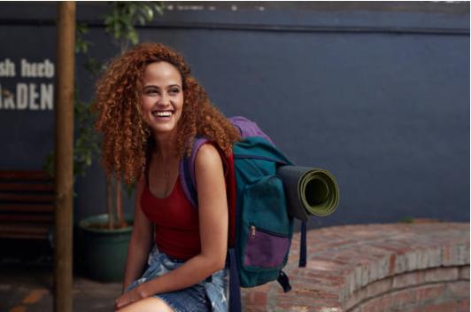 femme avec sac à dos voyage