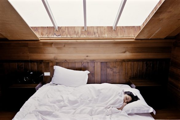 Jeune femme qui dort dans son lit d'un sommeil profond