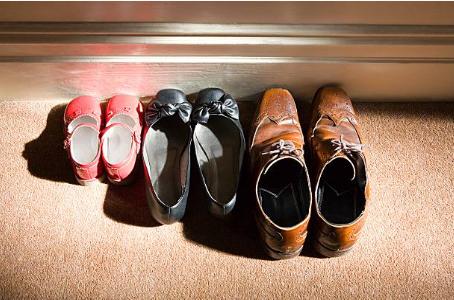 3 paires de chaussures un paire de chaussures homme une paire de chaussures femme et une paire de chaussures enfant
