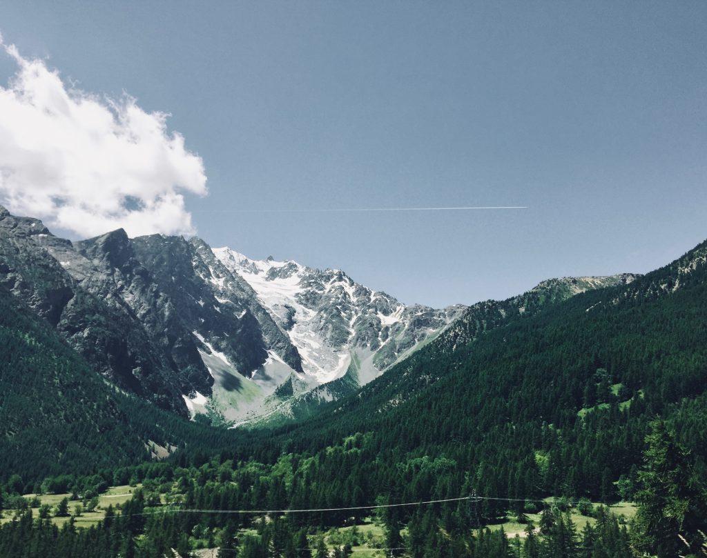 montagne en été avec un peu de neige sur les hauteurs