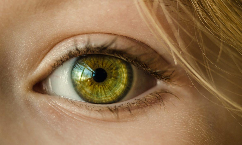 Oeil de femme vu de près