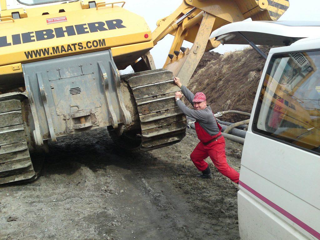 Ouvrier soulevant un camion