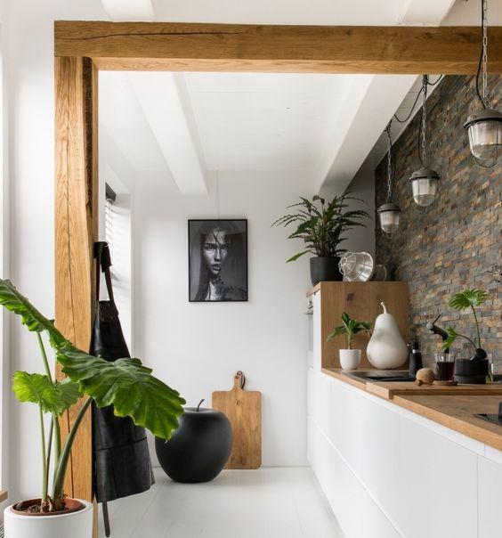 cuisine blanc et bois aec mur en pierre