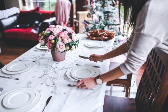 Femme qui met la table en prévision d'un repas de Noël