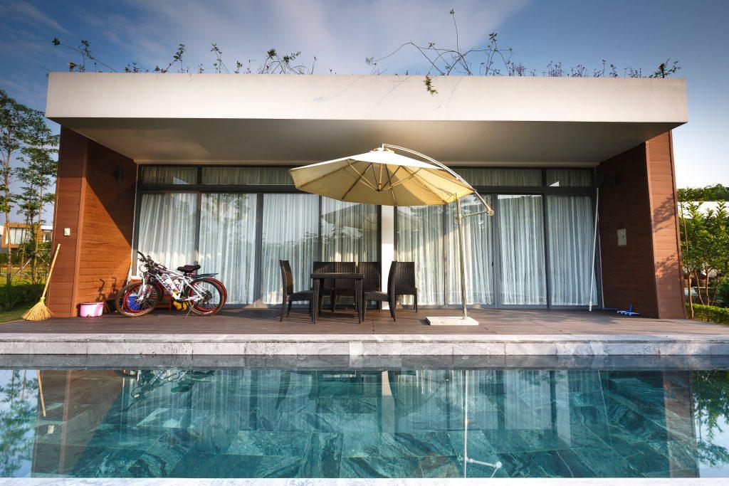 Maison avec une terrasse et une piscine