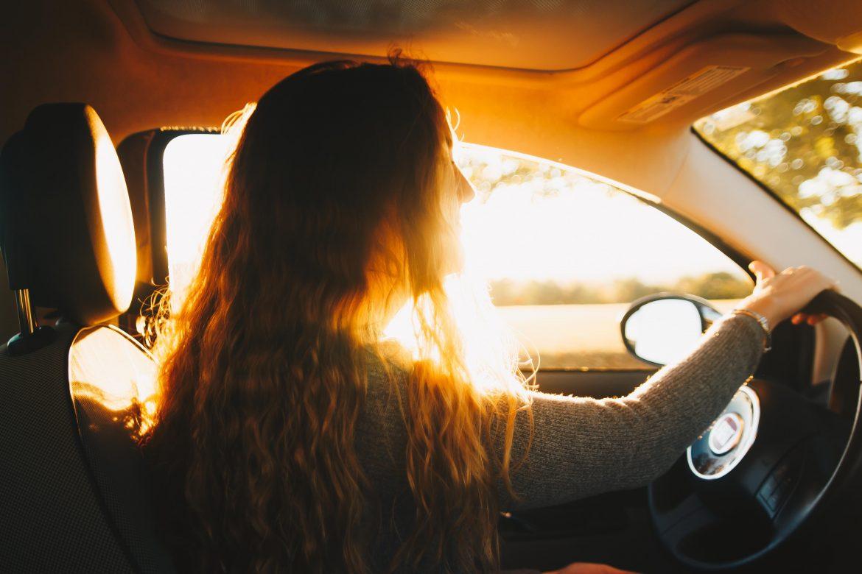 Une femme au volent d'une voiture