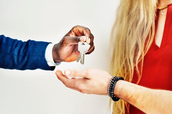 personne qui remet des clés à d'autres personnes