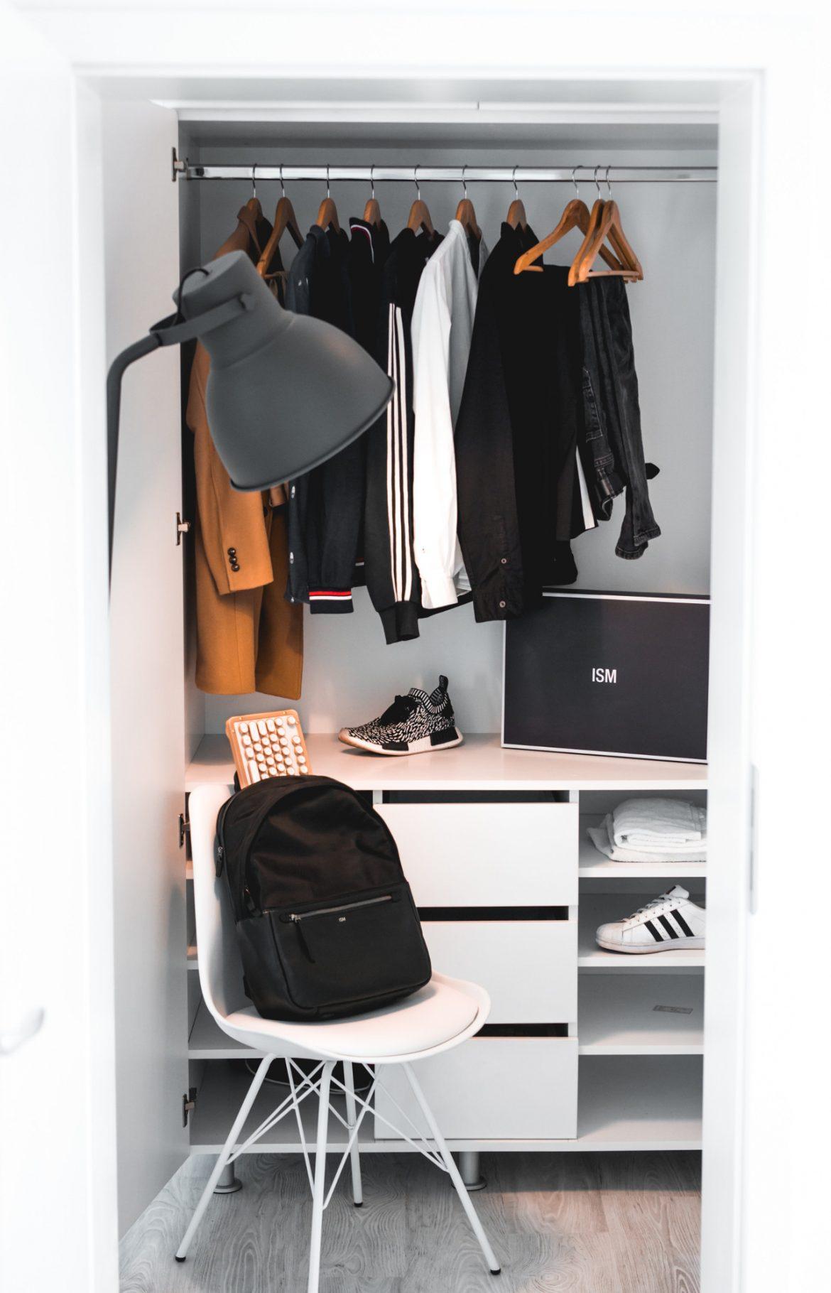 dressing avec penderie et tiroirs et une chaise posée devant