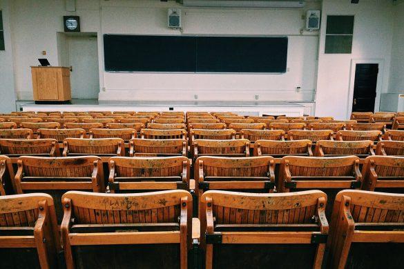 Classe d'amphithéâtre sur le campus d'une école de commerce