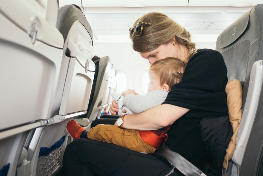 maman avec son petit enfant dans l'avion
