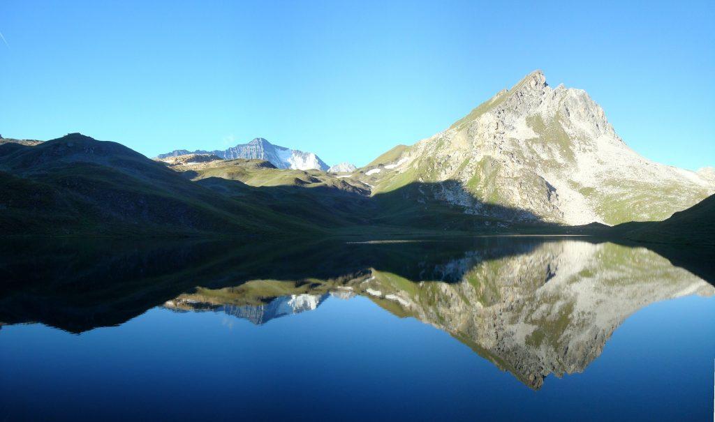 montagnes avec lac au premier plan