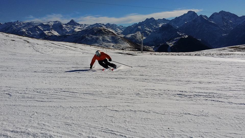 skieur qui descend une piste à skis