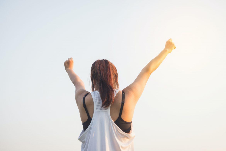 Jeune femme pleine de motivation prête à relever des défis