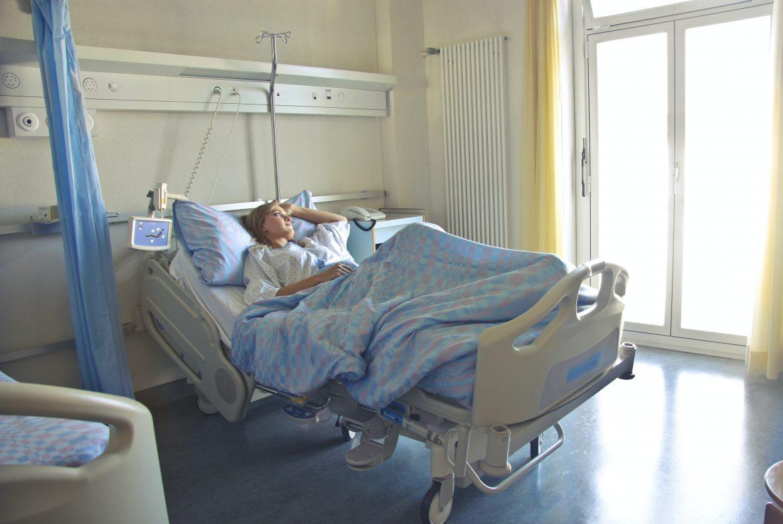 Femme souffrant d'une maladie chronique hospitalisée